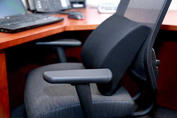 Поддержка офисного кресла при боли в пояснице